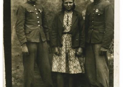 Lubelskie: zdjęcie odpustowe. Od lewej śpiewak Stanisław Fijałkowski z żoną i kolegą. Radecznica, 1946. Ze zbiorów Archiwum Muzyki Wiejskiej: www.archiwummuzykiwiejskiej.pl