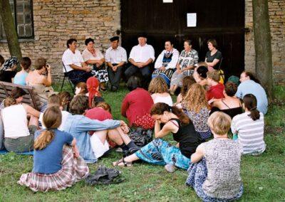 Tabor Domu Tańca w Chlewiskach, warsztaty śpiewacze, 2002. Fot. K. Dąbek