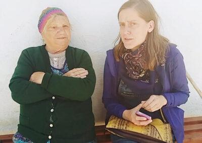 Stanisława Janiak i Katarzyna Rosik siedzą na ławce przed domem. Fot. Joanna Skowrońska