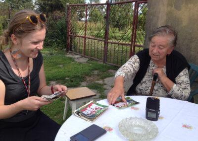 Teresa Zdyb i Agata Butwiłowska przed domem śpiewaczki w Sokolnikach. Fot. Joanna Gancarczyk