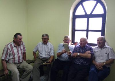 Śpiewacy siedzą pod oknem w kaplicy przycmentarnej w Dobrowie. Od lewej: Antoni Śliwka, Kazimierz Urbaniak, Szczepan Sochacki, Zdzisław Śmiglewski, Józef Kuźnik. Fot. Joanna Skowrońska