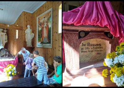 """Wnętrze kaplicy Świętego Bogumiła """"na puszczy"""" w Dobrowie. Szczepan Sochacki pokazuje napis na grobowcu. Zdjęcie obok – napis na grobowcu: Św. Bogumił, ur. 1116r w Koźminie umarł tu na puszczy 1182r. Fot. Joanna Skowrońska"""