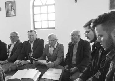Śpiewacy siedzą przy stole. Od lewej: Kazimierz Urbaniak, Antoni Śliwka, Szczepan Sochacki, Józef Kuźnik, Wojciech Streubel, Jakub Owczarek. Fot. Joanna Skowrońska
