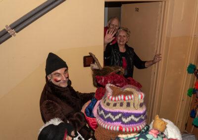 Kolędnicy stoją przed drzwiami do mieszkania. Fot. Zofia Analog