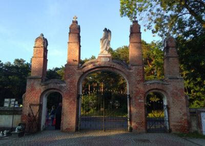 Brama na cmentarz w Dobrowie. Fot. Joanna Skowrońska.