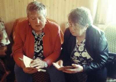 Od lewej Teresa Bartczak i Marianna Krystyna Palmowska podczas śpiewania pieśni pogrzebowych w Sokolnikach. Fot. Joanna Gancarczyk