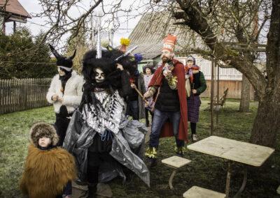 Kolędnicy zachodzą z życzeniami na podwórze, Śmierć na czele pochodu. Fot. Gutek Zegier