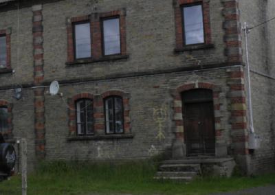 """Malowany """"kozak"""" na budynku pofabrycznym w Chlewiskach, 2020. Fot. Łukasz Zaborowski"""