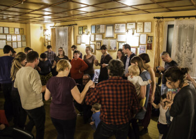 Wspólne tańczenie kolo na Mistrzowskich Andrzejkach w Ocicach, 2016. Fot. Gutek Zegier