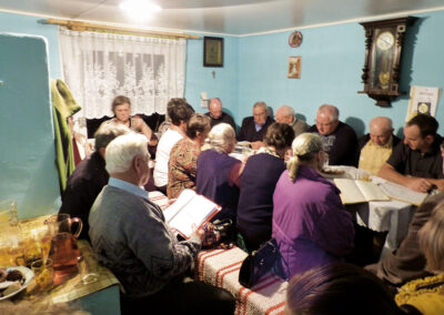 Zwyczaj zwany pustą nocą, czyli śpiewanie za duszę zmarłego. Pogrzeb Szczepana Żęgoty – śpiewaka ze wsi Rutkowo. Fot. Kasia Huzarska