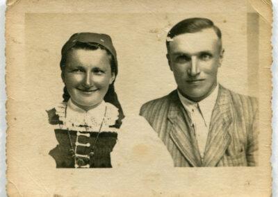Moi dziadkowie, Franciszka i Jan Biskupowie (rodzice mamy; w tekście piszę o dziadkach ze strony taty). Zdjęcie zrobione w zakładzie fotograficznym w Opocznie tuż przed ich ślubem w 1946 roku. Fot. ze zdjęć rodzinnych Ewy Grochowskiej