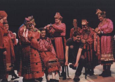 Fragment tradycyjnego wesela w wykonaniu śpiewaczek ze wsi Bolszebykowo (Rosja) na Festiwalu Najstarsze Pieśni Europy, Lublin 2005. Obrzęd w wykonaniu scenicznym również może być inicjacją. Na zdjęciu oprócz śpiewaczek: Anna Psuty, Roman Jenenko (1971 – 2006). Fot. z archiwum Romana Jenenki