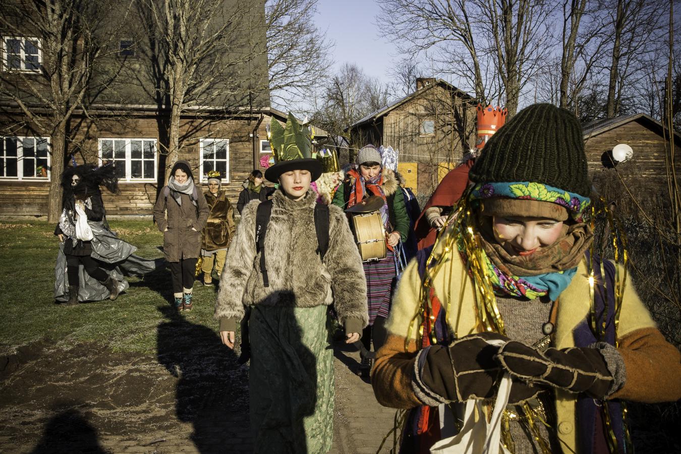 Kolędnicy wyruszają na kolędowanie ze starej szkoły w Teremiskach.