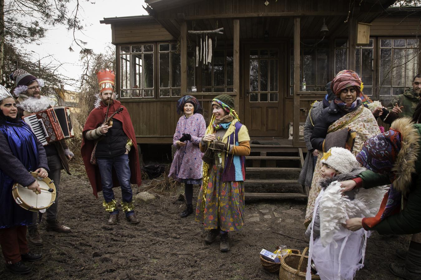 Kolędnicy podczas życzeń na podwórzu Korbelówki.
