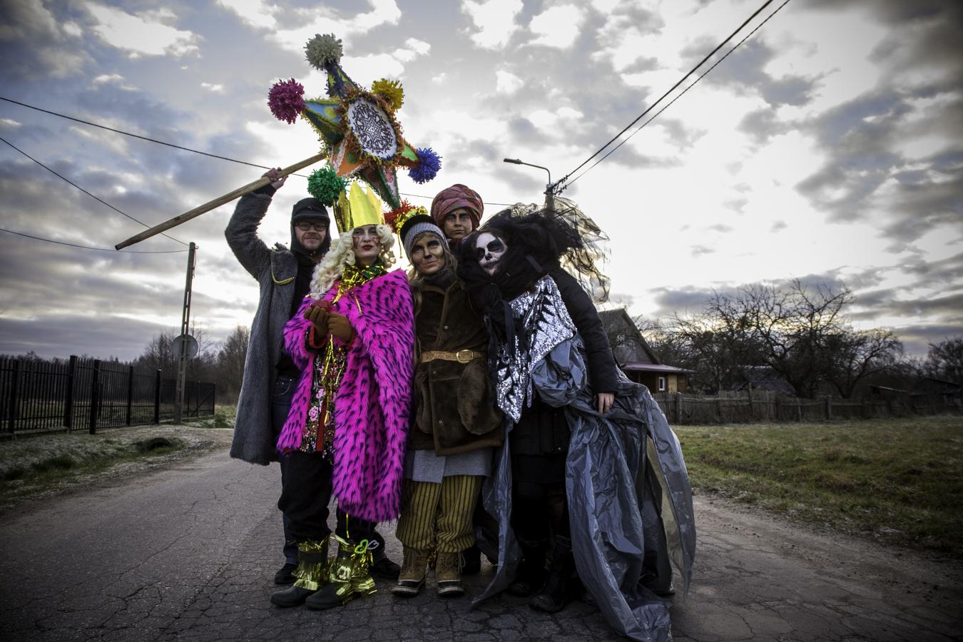 Kolędnicy na ulicy w Teremiskach. Od lewej: Bartas Pruchnicki, Kasia Paterek, Marta Tarnowska, Zuza Marszewska, Magda Siemaszko.