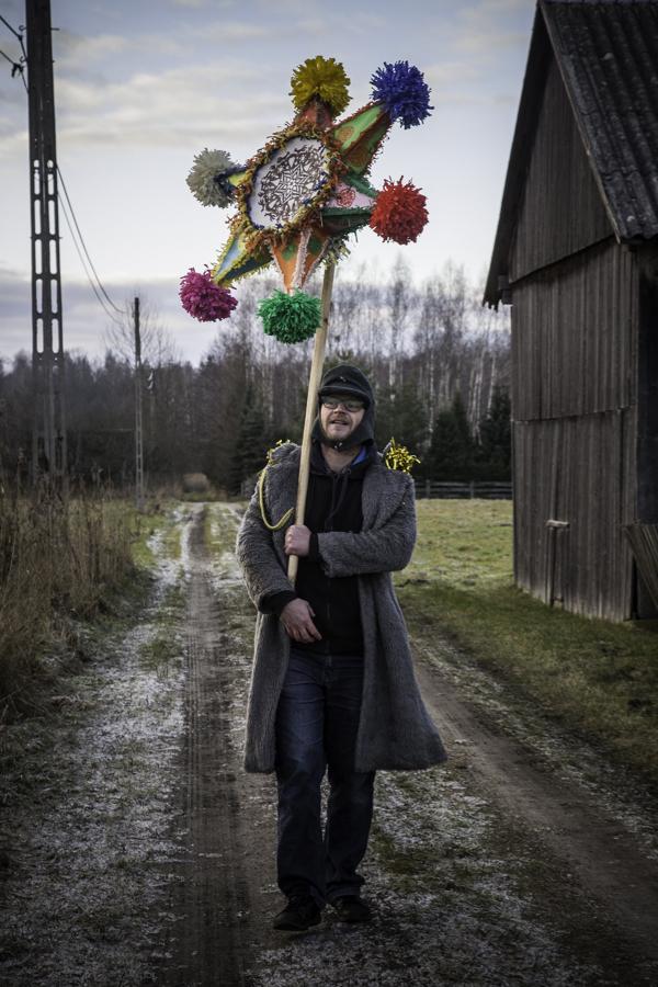 Żołnierz (Bartas Pruchnicki) niosący gwiazdę na ścieżce w Teremiskach.