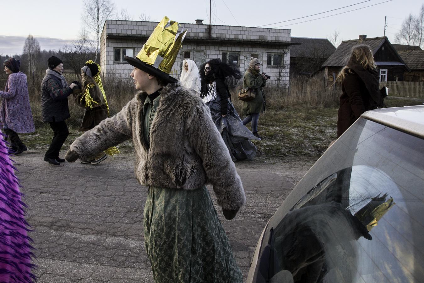 Tańce i muzyka na ulicy w Teremiskach z miejscowymi, którzy wysiedli z samochodu.