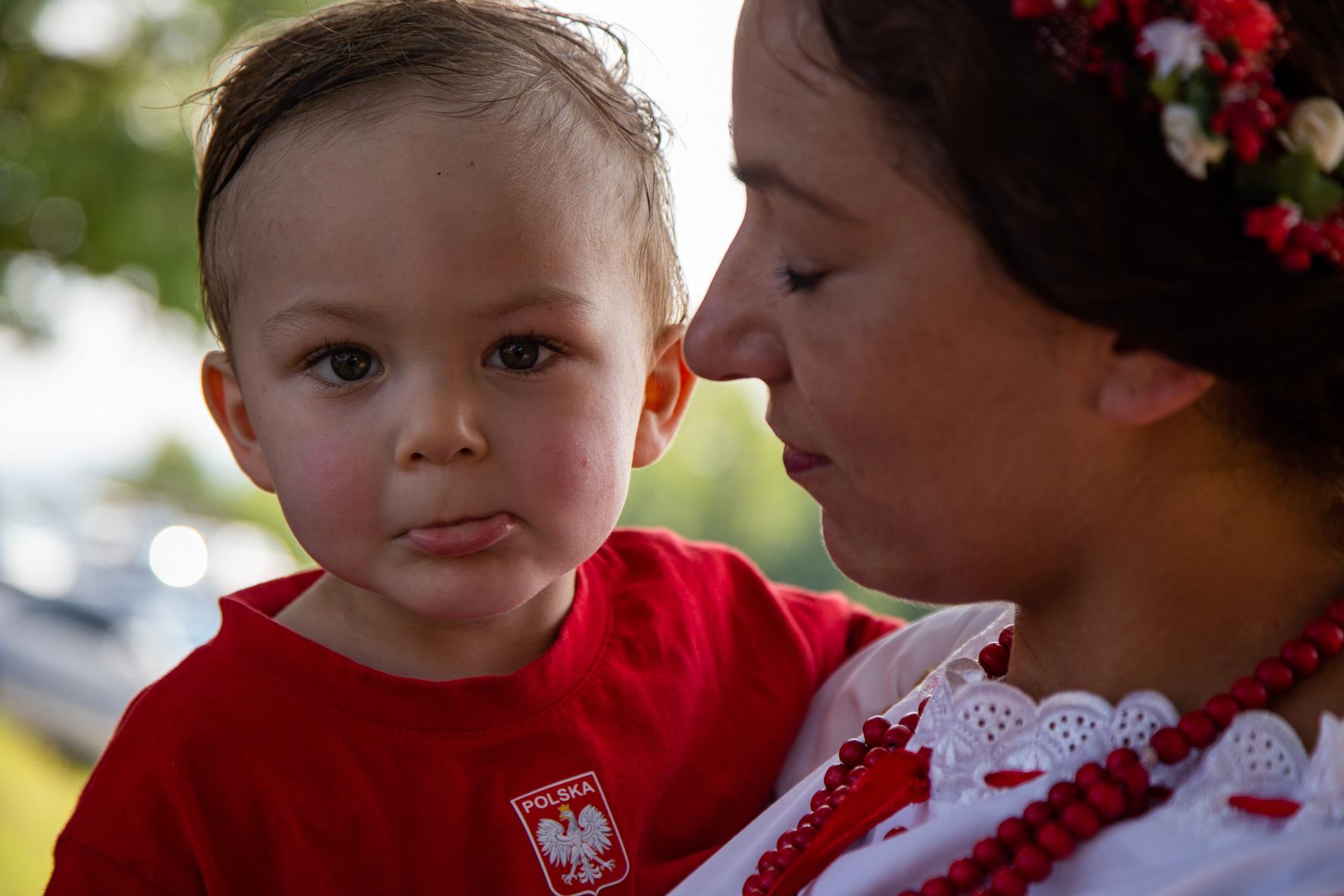 Taka koszulka to upragniony prezent z Polski. Marija z synem.