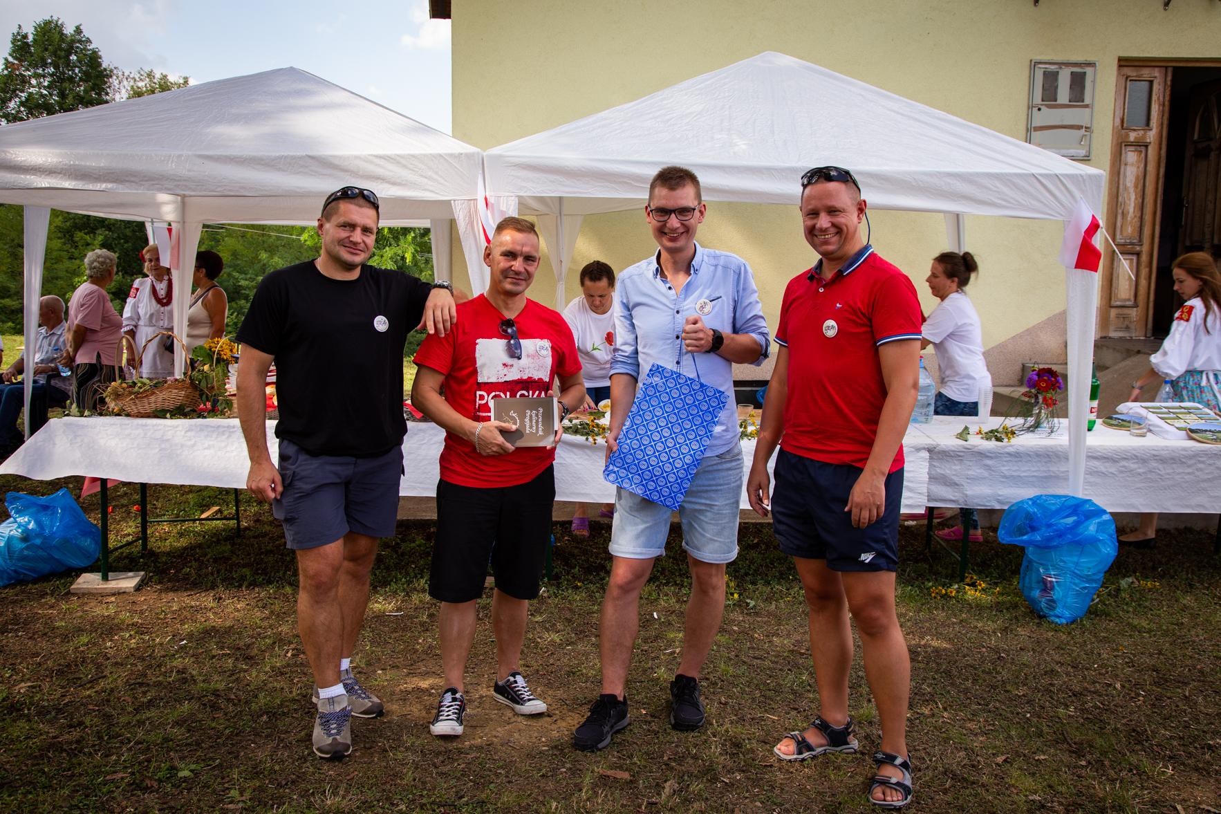 Żołnierze z Polskiego Kontyngentu Wojskowego w BiH, którzy wcześniej pomagali lepić pierogi, tym razem przyjechali z ciastem.