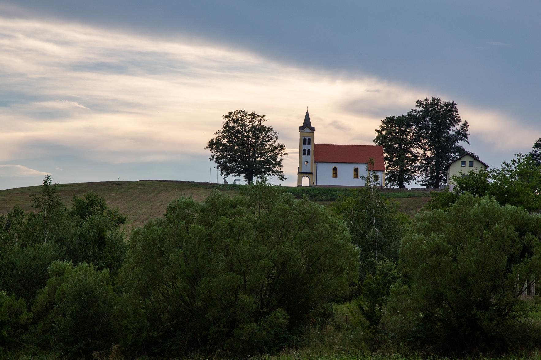Kościół w miejscowości Ćelinovac, okolice Bosanskiej Gradiški. Jedno z najważniejszych miejsc spotkań Polaków mieszkających na terenie Bośni i Hercegowiny.