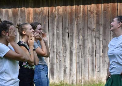 Autorka tekstu (z prawej) w trakcie pracy nad emisją głosu z dziewczynami z Łęgu Przedmiejskiego – (od lewej) Jolą, Natalią i Olą. Fot. Ewa Paśnik - Tułowiecka