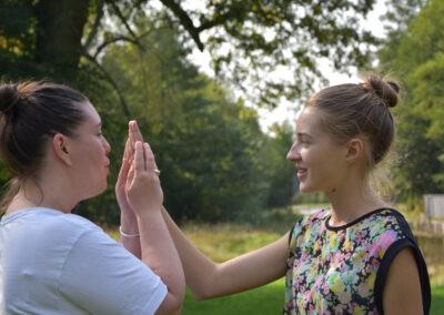 Praca z oddechem w trakcie zajęć z emisji głosu, od lewej: autorka tekstu i Natalia. Fot. Ewa Paśnik - Tułowiecka