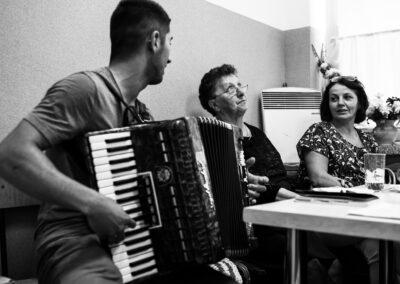Międzypokoleniowe spotkanie śpiewacze w Łęgu Przedmiejskim z udziałem Stanisławy Popielarz (druga od lewej) , moderowane przez autorkę tekstu. Fot. Marcin Jagodziński